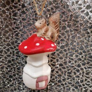 écureuil sur son champignon suspension