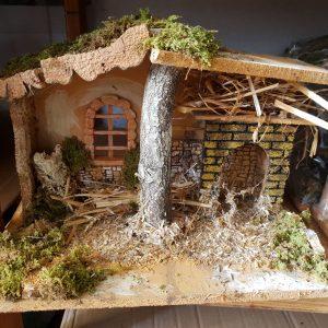 crèche en bois avec fenêtre